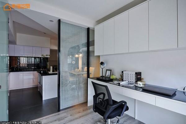 书房改以木地板增添温暖氛围,并延续黑白语汇设计书桌与柜体。