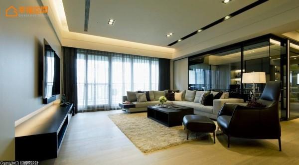 黑灰白为主的极简利落空间,以进口橡木岩石灰的木地板调和空间暖度。