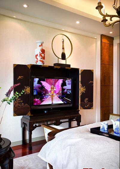 床尾这个特别的电视柜是根据清代的家私进行了现代的改良,恰到好处地烘托出了空间的品质感和艺术感。