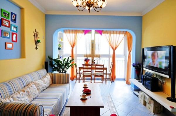 客餐厅相融一体,不仅采光度好,而且使用功能齐全;客厅造型、家具、颜色设计大胆,搭配的非常巧妙,让人一种温馨、活跃的感觉