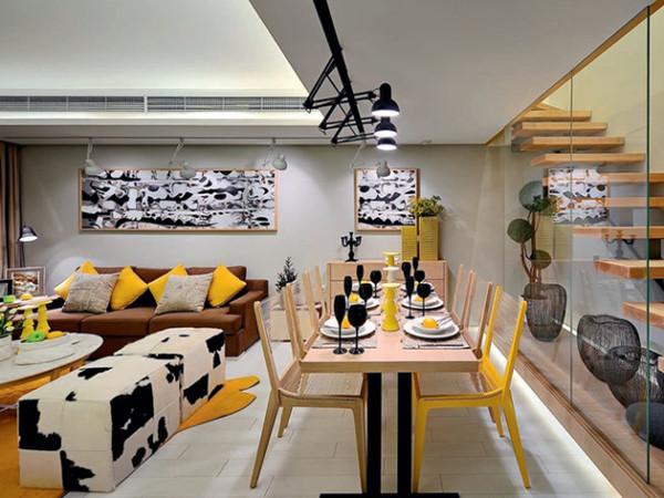 奶牛色的沙发和餐具的搭配,有一种在农场的自然风情。
