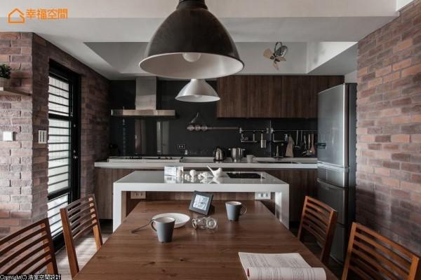 顺势中岛延伸而出的餐桌,在机能上欲确实兼具工作台面的应用可能,浩室空间设计于侧向备入插座,方便屋主在此使用3C产品等。