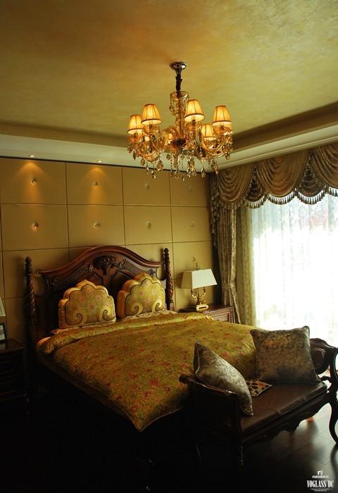 这是家中的女儿房,女儿房的整体设计也没有进行较大的变动,只是窗帘更加轻盈,床品呈现田园气质,女儿的恬静、淡雅悠然而生。