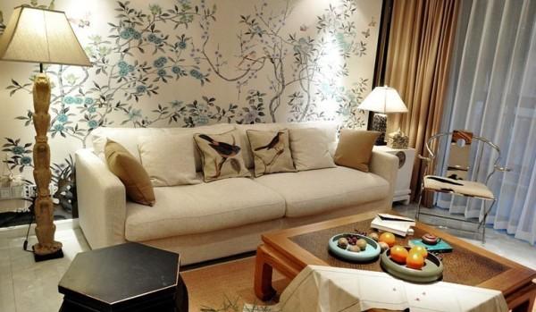 沙发背景墙是整幅的花鸟山水画,让墙面变得生动自然,给人一种误入仙境 的错觉,轻松舒畅。