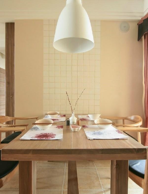 中式自然要有经久耐用的木制餐桌,配上复古的椅子,和淡雅的餐具非常有禅意。