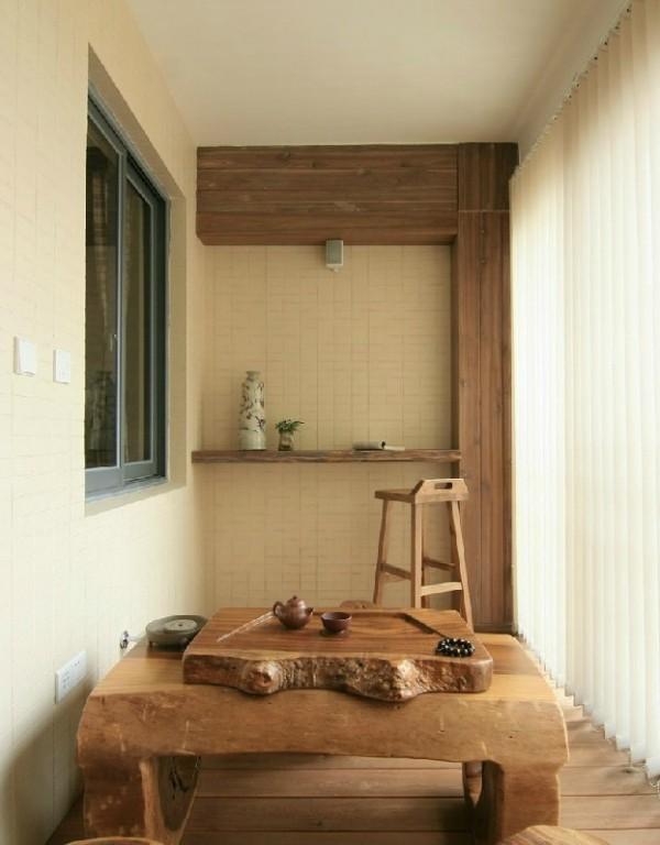 阳台也被主人花了一番心思,实木包裹,放上悠然的茶具,好似一处古迹。