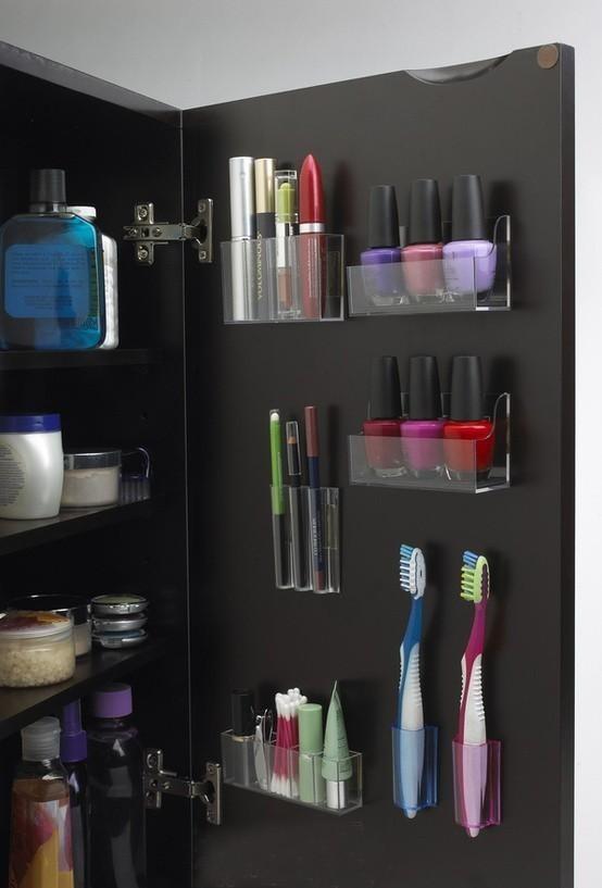 小户型的卫浴间如果只放一面镜子,就太过奢侈了,还是镜柜更加实用,方便。图中这位菇凉真是连门板都不放过啊,指甲油,眉笔,睫毛膏……一目了然。