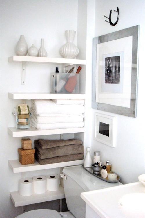 马桶与墙壁之间的空间,装上几块木质隔板,不仅扫除了墙面的呆板,而且让你凭空多了一块收纳区。