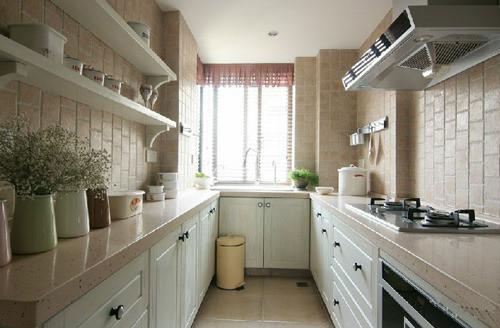 粉红人造石的台面和带有怀旧气息的仿古墙面砖相呼应着。带有一点点罗马造型的吸塑橱柜面板 美观的同时也容易清理卫生。