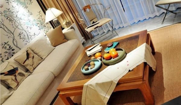 复古式实木方几和剑麻地毯相得益彰,透露出清新古朴的中式韵味。沙发选 择简约布艺款式,几个花鸟抱枕点缀其中,既舒适又具有古典美。
