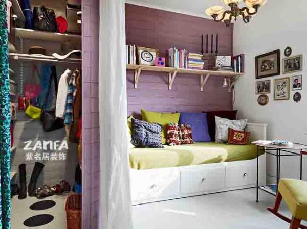 飘窗设计是朋友聚会的好地方,开辟一个小角落设置成衣帽间,家的味道十足
