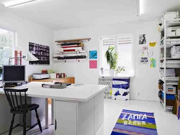书房和客厅实是连在一起的,白色基调显得安静祥和