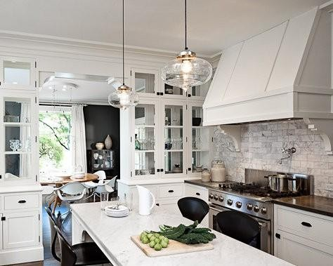 厨房以白色为主色调,欧式风范十足。吊灯是这个屋子里变换最多,造型最 特别的家具,这个厨房的吊灯亦是如此。
