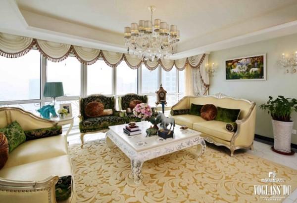 简单的靠垫和抱枕,一组相宜的沙发,不仅增加了会客厅的浓郁感,也和淡绿色墙面相呼应,使得生命的气息扑面而来。沙发、地毯、咖啡几的组合更加突出配饰的整体性。
