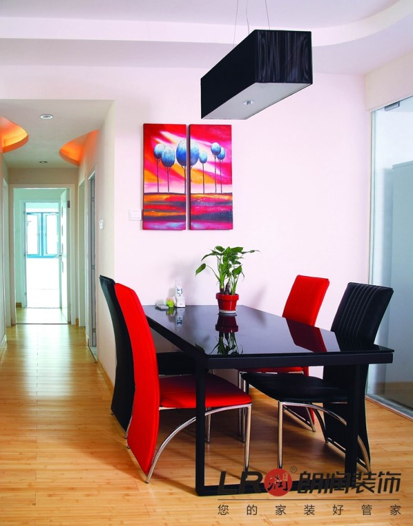 餐厅细节,造型少得可怜,但是设计师运用大胆的红黑色调的餐桌椅子一下子把另类诠释得和谐完美!