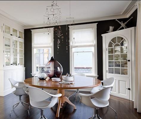 乳白色和深黑色作为开放式餐厅的主打色彩,彰显出华贵的气息。时尚的镂 空灯具低垂下来,自成一幅巧妙的简笔画。极具现代时尚造型的椅子和桌上 的渐变渲染水瓶,透露出一股小资的范儿,简约但不简单