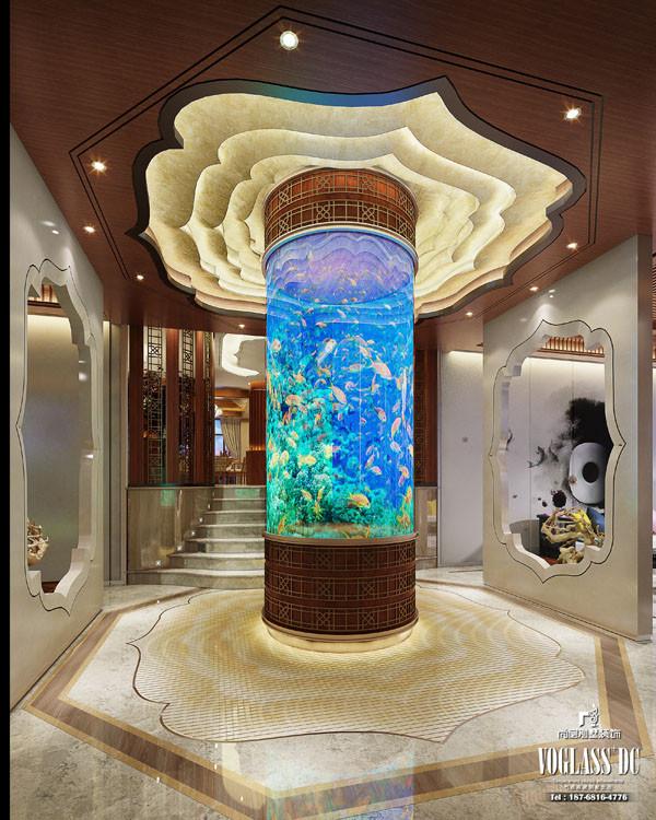 由玄关进入,首先吸引你的一定不是客厅,而是位于门厅中间的圆柱。不同于以往别墅装饰简单雕刻的圆柱,设计师将生动鲜活的海底世界附着在圆柱上,是不是很想围着圆柱欣赏上一番呢?