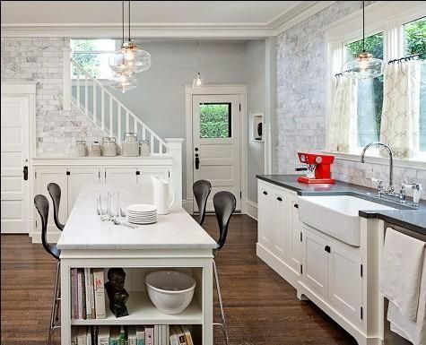 厨房墙面选用石灰砖墙,打破白色家具的单调感,裸露的砖墙毫不做作,既有 田园风又有个性。