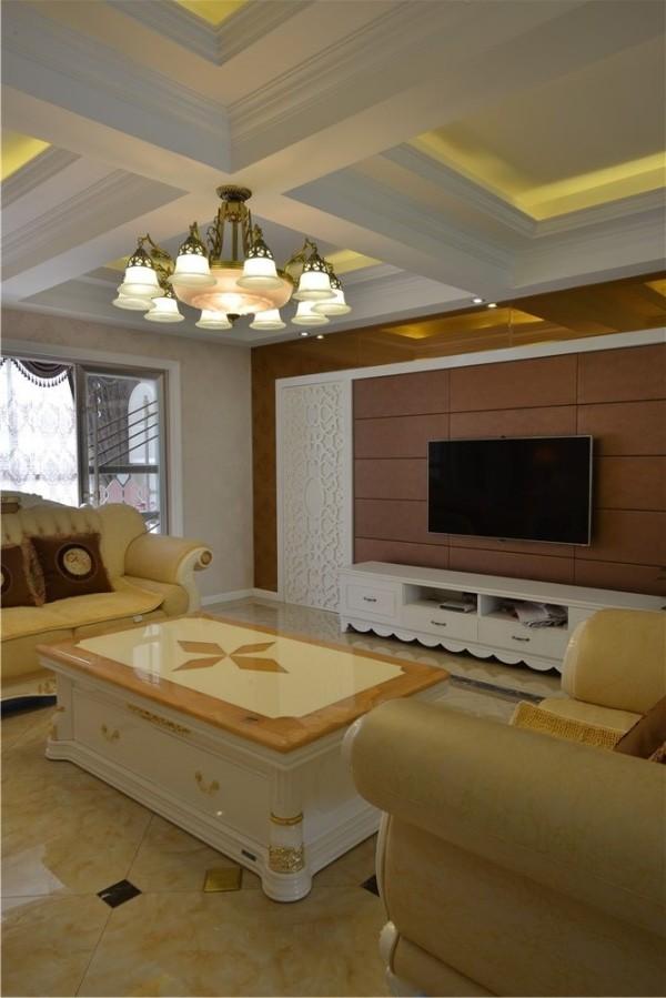 客厅以暖色为主,无论是灯光、墙面墙布、还是地面地砖,都是为了突出其典雅、自然、高贵的气质。