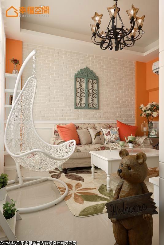 文化石墙前,白色藤椅与花朵图腾沙发、块毯,轻松带出乡村风氛围。