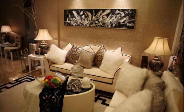 沙发背景墙和过道的镜子规格一致,黑白的色调有着意识流的前卫感觉。