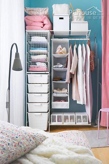 这样一款开放式的衣柜既美观又有创意。里面用储物盒存放物品,可移动的网状屉子便宜又好用,每个盒子外面可以标记物品的名称,将贴身的衣物竖着叠放在里面,方便拿取。