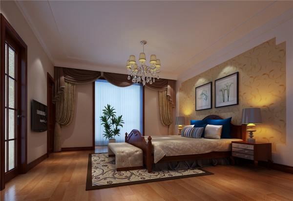 鹅黄色布艺沙发,古典欧式花纹壁纸装饰的电视墙,勃勃生机的绿植,使整个空间灵动,高贵,典雅。 亮点:定制的多格式储物柜靠在楼梯旁即充当置物架又起到分隔空间的作用。