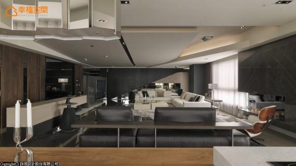 于客变时提前规划的宽阔格局,妥适利用家私与线条比例维持高挑感受,仅仅是客餐厅就呈现磅礡的奢华气势。