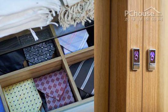 这种分格的小抽屉非常实用收纳贴身衣物。分开几层,可以分别收纳内衣、袜子、丝巾、领带等,井井有条。