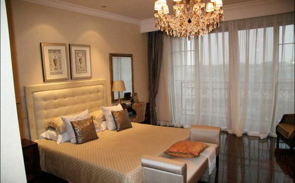 卧床的设计是新古典风格的典型代表。