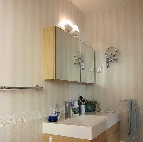 利用墙面的合理地方,安装搁架,是毛巾和衣服的搁置好去处。