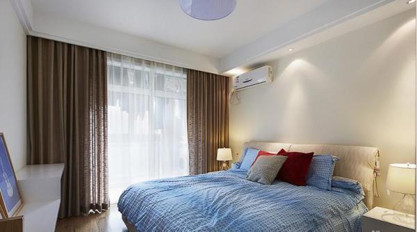 主卧的床上换上了天蓝色的清凉被罩,外面的阳台平时可以晒晒衣服。