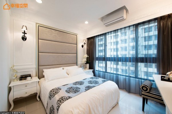 主卧空间刻画现代新古典,床头柜及壁灯等处都以优雅的造型呈现,床头背墙更以浪漫的古典图腾皮革做为空间的视觉焦点,切割线条的绷皮革作处理,兼具舒适与美观。