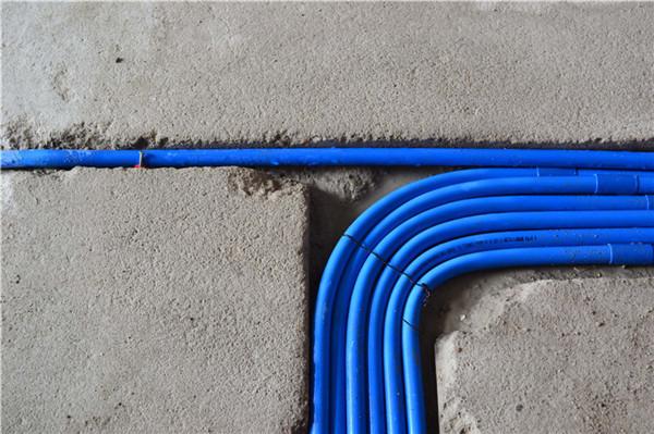 转弯进入房中,眼前一闪,电线整洁的弯道处理,真是为之惊叹