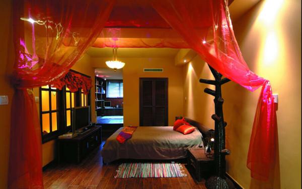 卧室背景墙并不需要复杂的装饰,而布艺的使用显然在这一家居中占有更加重要的地位。