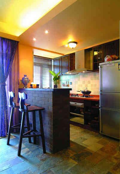 吧台的设计使厨房与其他居室形成了隔断。