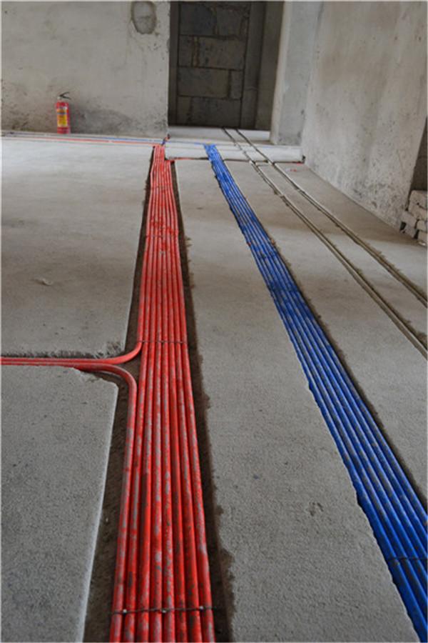 最为醒目的是,地面美观、整齐的【武汉二厂】免检强电和飞利浦弱电线分色穿管排列,不仅可以确保安全效果、有效避免电线的自然损伤,更能将室内的美观大方展现得淋漓尽致