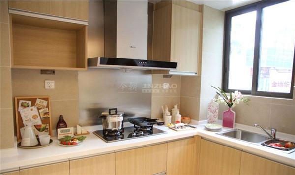 厨房采用了浅色原木的橱柜设计,体现了主人健康环保的高质量生活,