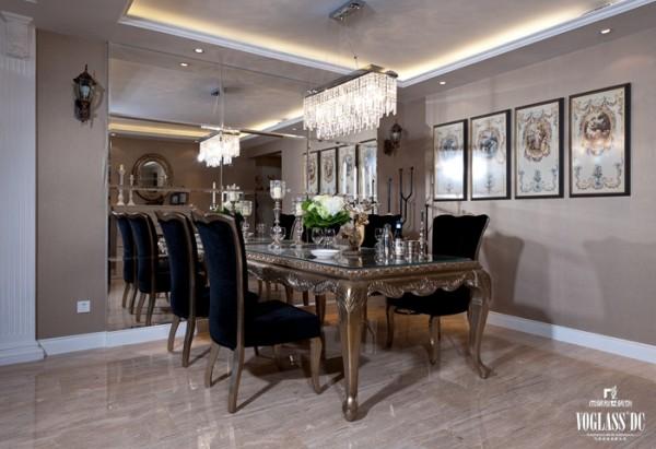 在形式上以浪漫主义为基础,常用大理石、华丽多彩的织物、精美的地毯、多姿曲线的平安家具,让室内显示出豪华、富丽的特点,充满强烈的动感效果。