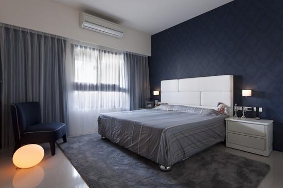 11、卧室宽敞大气,灰色的主调让人感到空间沉稳简洁;深灰色带有暗纹的壁纸装饰床头背景墙,灰色带有条纹 图案的布艺床品和地面上的灰色地毯协调统一;白色的床头和床头柜缓和空间的压抑,卵形的灯具增添空间的时尚