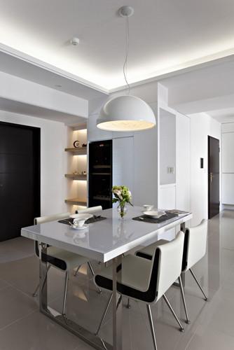 9、餐桌和客厅里的茶几风格保持一致,造型简洁时尚铁艺框架的白色餐桌和黑色点缀的白色餐椅和谐统一;小小 的花瓶几枝花朵让这里清新典雅;餐桌上方的金属吊灯增添这里的时尚简洁气息。
