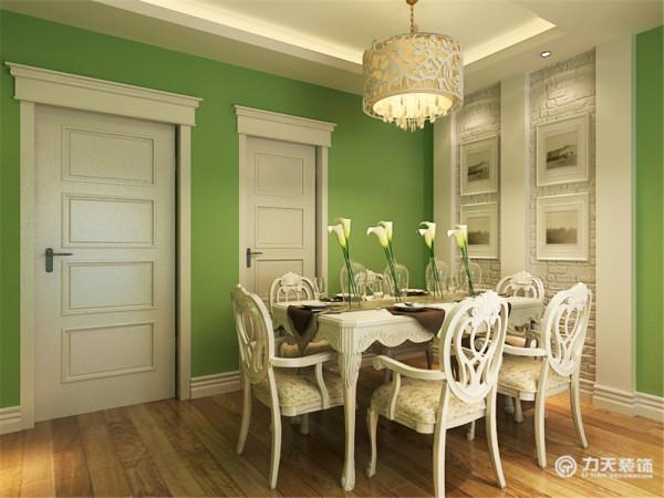整体居住环境以嫩绿色为主要色调。门窗上半部做成直线形,并用用石膏线勾边。这个客厅大量使用碎花图案的各种布艺和挂饰,欧式家具华丽的轮廓与精美的吊灯相得益彰。