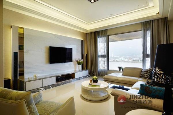 客厅中浅色地砖在自然光源的映射下显得格外整洁质感,以乳白色大理石打造出来的电视背景墙,在简约吊顶的衬托下,整个空间之中都透出一种大气感。