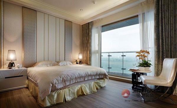 主卧的整体布局也是相当简约,但并不简单,以两盏对称的暖色系床头灯来烘托出整个卧室的温馨氛围,大面的落地窗也让这间卧室有一种风景独好的视觉体验。