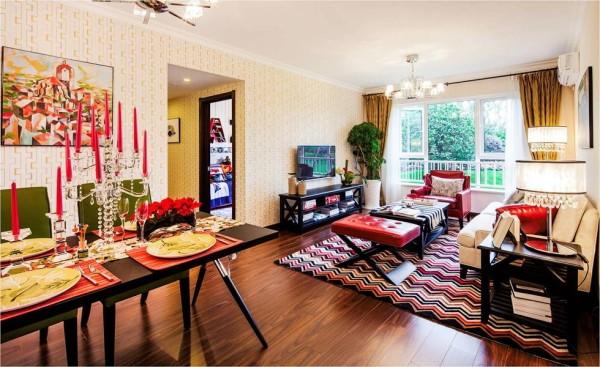红色搭配黑色,将客厅点缀得色彩缤纷,活力十足。餐厅也由大色块组成,绿色的椅子、黑色餐桌和红色桌布,显得生机盎然。