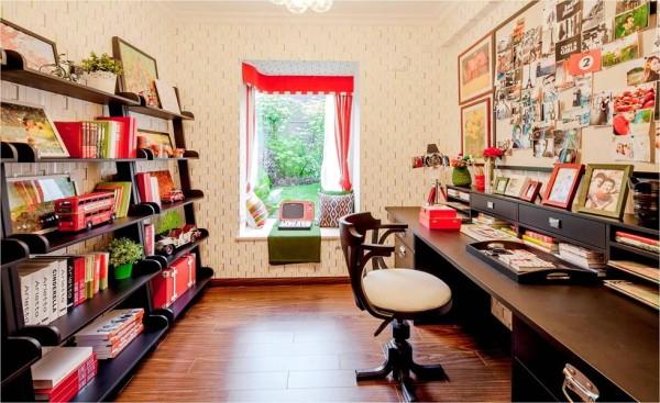 书房以层叠收纳柜替代厚重的书柜,将色彩鲜艳的书籍和玩具摆放上去,十分整齐干净。小小飘窗布置成休闲区,红配绿,和窗外一片绿意相衬,清新自然。