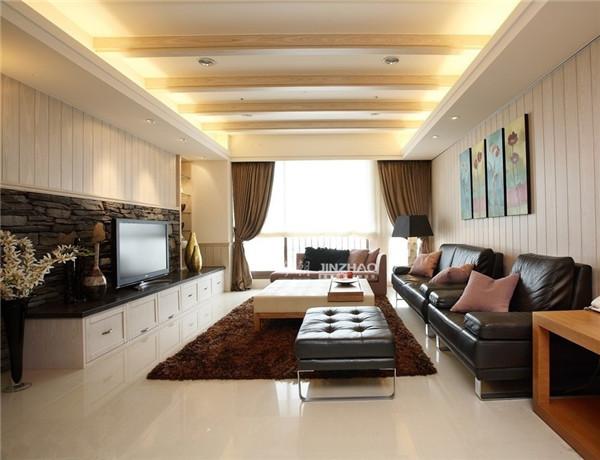 看起来很文艺,皮质的黑色沙发使得客厅利于收拾,别致的电视背景墙仿佛一道田坎。