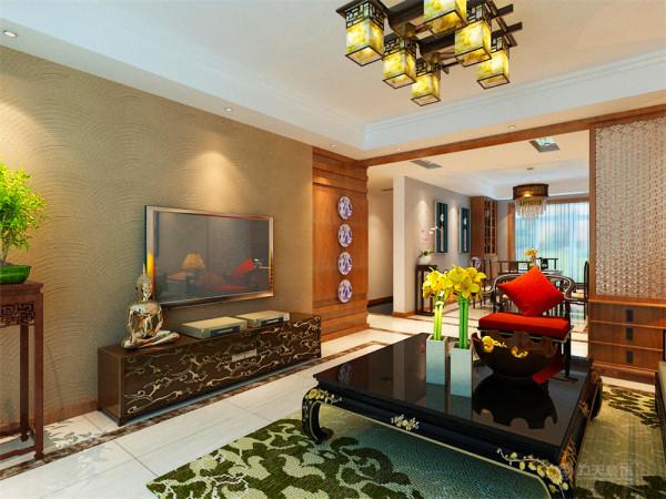 综合运用了中式和现代的手法,让整个空间具有中国的文化气息,彰显业主的品味的高雅和地位的尊贵。整个空间运用的都是木家具,富有中国元素的灯具、挂画、壁纸等,让空间显得古色古香。