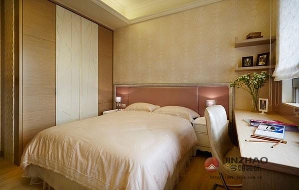 作为客卧或是老人房都可以的这间卧室,在淡雅简约的装修风格下给人一种恬淡的印象,设计师巧妙的运用浅色壁纸来作为这间卧室的背景墙面,就算墙面上不作太多装饰,这样简简单单的也让人感觉很舒适。