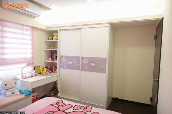 常见的系统柜体,朴舍空间设计于中段装饰入图腾烤漆玻璃,取代把手同时也妆点着小孩房的童趣表情。